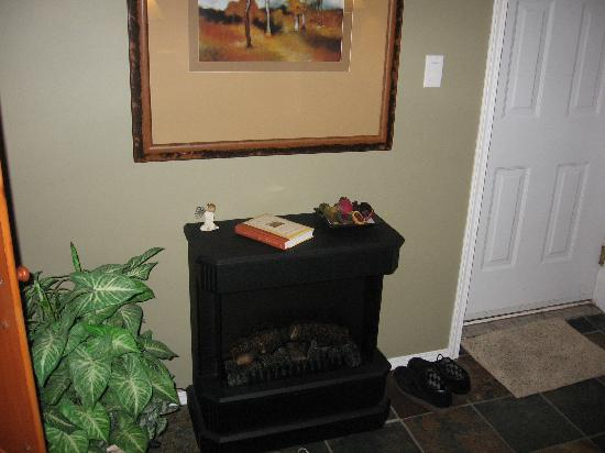 Evergreen B & B: Serenity Suite - cozy fireplace
