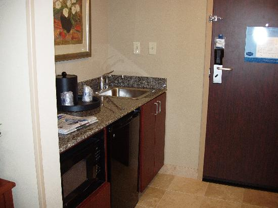 Hampton Inn & Suites Jackson: Foyer/Kitchen Area