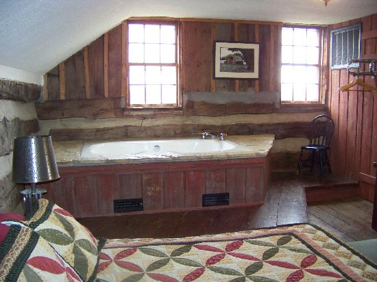 Allen's Log Cabin Guest House: whirlpool and upstairs bedroom in the loft