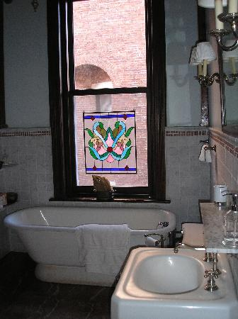Mount Morris House: Bathroom of room on First Floor