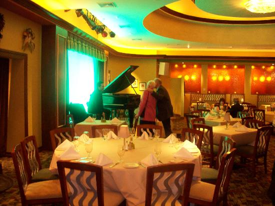 The Pianist At Lorenzo S Restaurant Picture Of Hilton