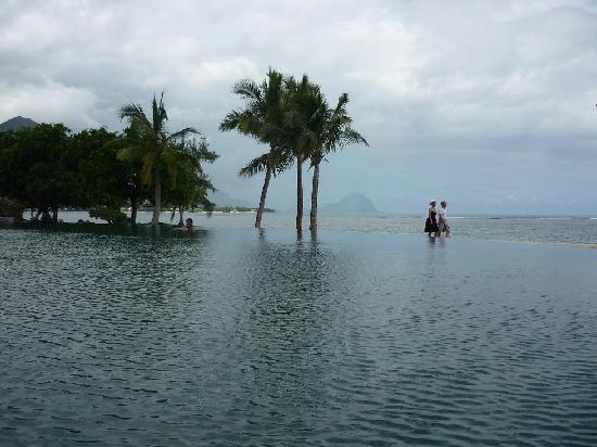 Maradiva Villas Resort and Spa: Infinity pool