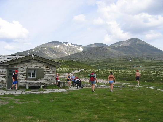 Hovringen, Νορβηγία: Peer Gynt's hut in front of the Rondane mountains