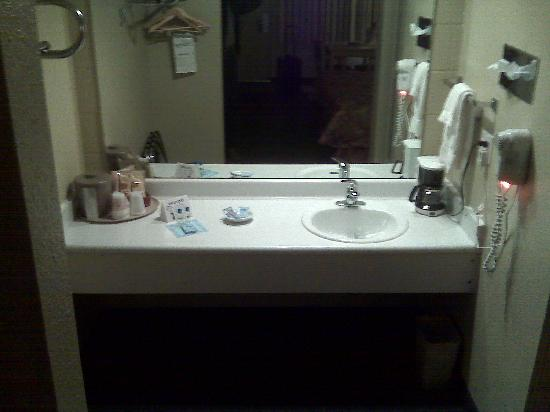 Rodeway Inn Portland Airport: sink area