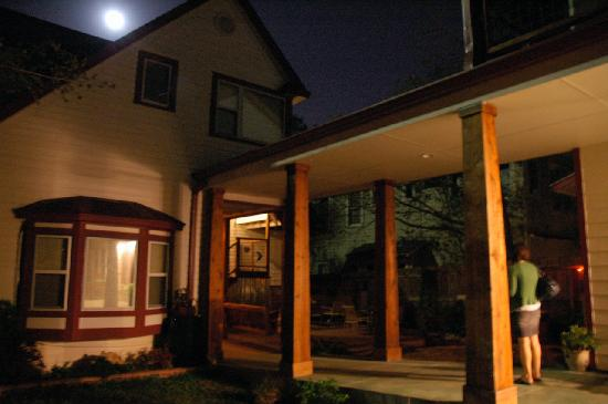 Brava House Bed And Breakfast: the beautiful back patio at night
