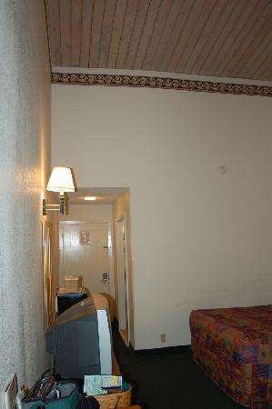 Econo Lodge Inn &amp; Suites: Room