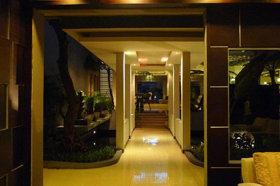 The Ardjuna Boutique Hotel &amp; Spa: The corridor between lobby and elevator