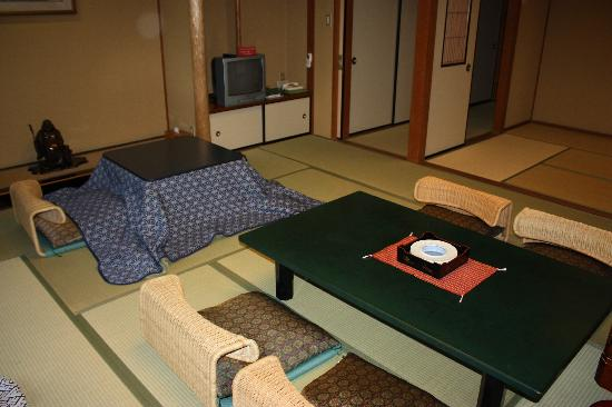 Hotel Senkei: The eating area in the room.