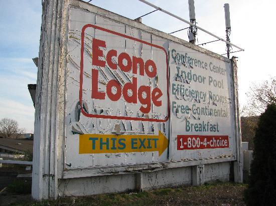 Econo Lodge Conference Center - New Haven: Sign at the front of the hotel