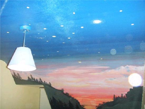 Donegal Town Independent Hostel: Dorms with creatively painted ceiling