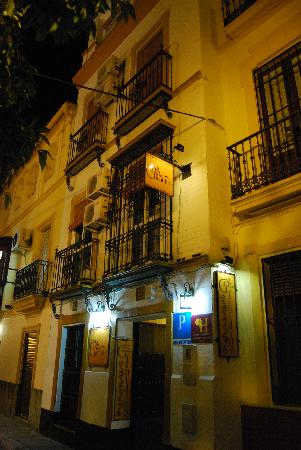 Hostal el Giraldillo: El Giraldillo from the street