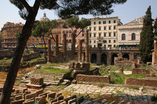 Pensione Barrett: The hotel with ruins right in front