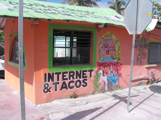 Riviera Maya, Meksyk: Internet and tacos on the square at Puerto Morelos