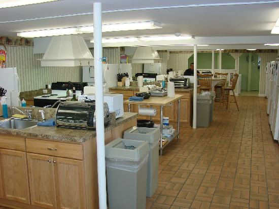 Harborside Inn: Very clean kitchen facilities that you share with other guests