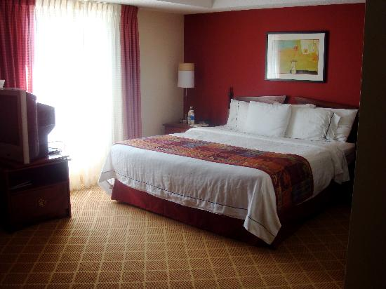 Residence Inn Cleveland Beachwood: king bed (with a full size pull out in the living room)