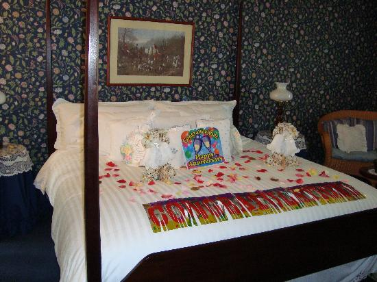 Abella Garden Inn: rose pedels on bed
