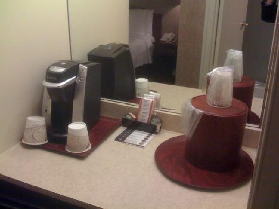 Bethesda Court Hotel: Coffee machine and a bar fridge below