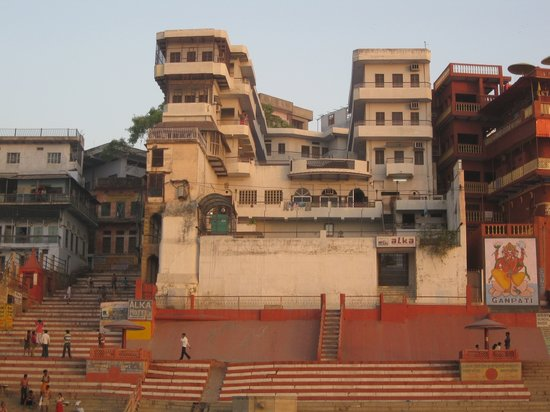 Hotel Alka: Hotel as seen from the Ganges