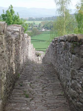 Castle House B&B: walking on the town walls
