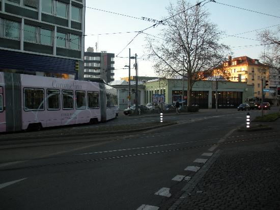 Hotel Astoria: Trams run right next to the hotel.