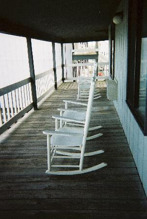 Beach House Inn and Suites : Rocking chairs on deck in front of room