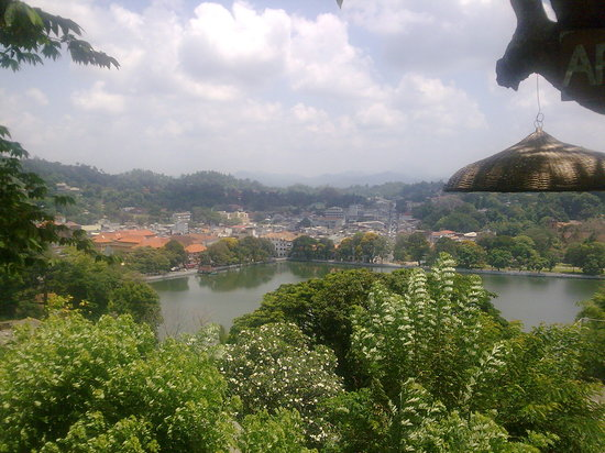 ‪كاندي, سريلانكا: Look into the kandy city, from a mountain‬