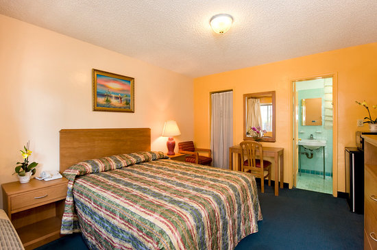 Jerry&#39;s Motel: Room with Deluxe Queen Bed