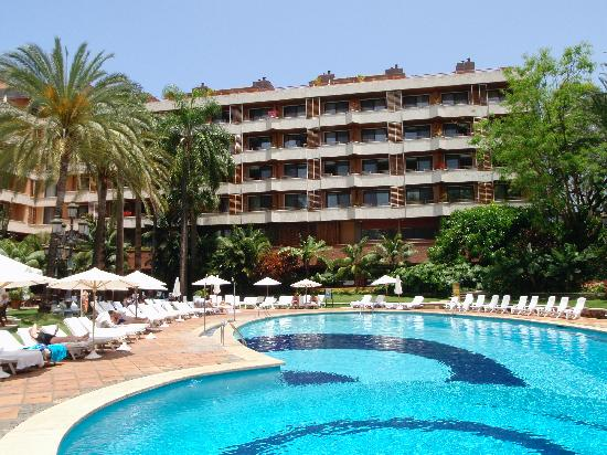 Hotel Botanico &amp; The Oriental Spa Garden: Pool and one wing of hotel