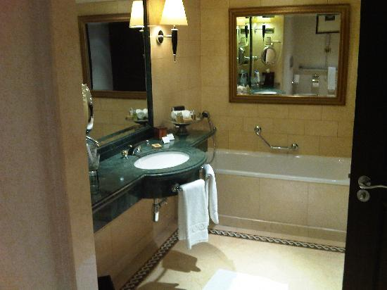 Phoenicia Hotel: bathroom