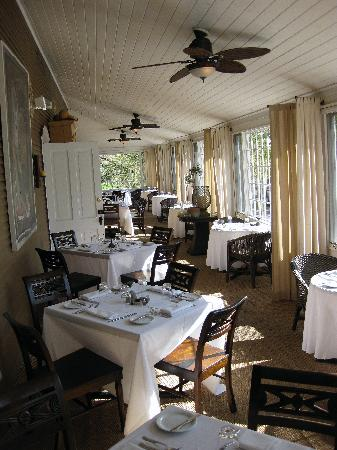 Whistling Swan Inn: Dining along the sunny porch
