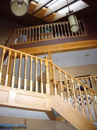 Cascade Court Bed & Breakfast: The impressive stairway
