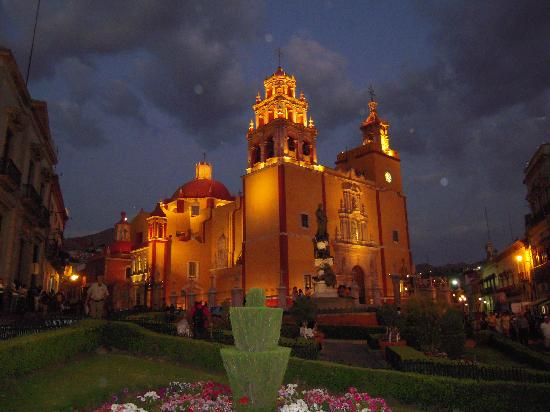 Casa Zuniga B&B: Parish Church at night