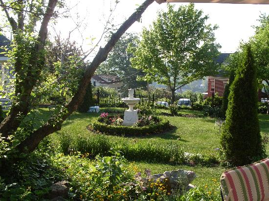Abbey's High Street Bed and Breakfast: front garden