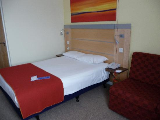 Holiday Inn Express London-Newbury Park: Bed