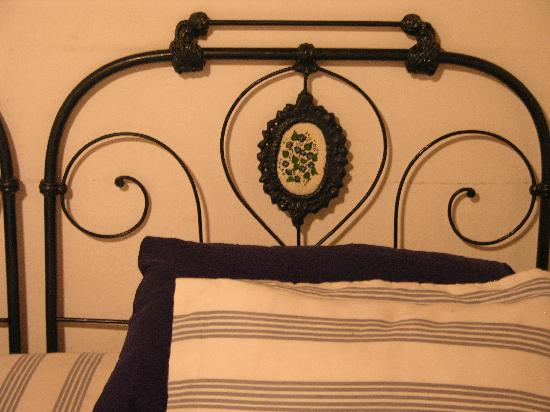 Bernarda House: Decorated bed, matching wall paint and curtains