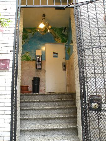 Union Square Backpacker's Hostel: Entrance