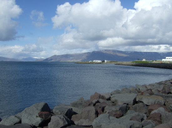 Reykjavik, İzlanda: View on bay around Mount Esja