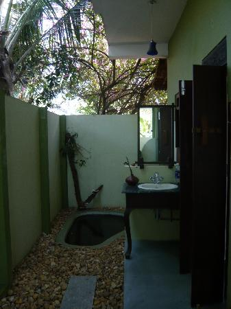 Motty's Homestay: Outdoor bathroom