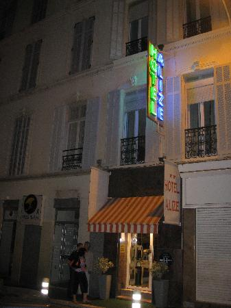 Hotel Alize Cannes: Hotel at night, door coded to enter