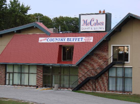 Orillia Highwayman Inn: Rear view of McCabes restaurant attached to Highwayman