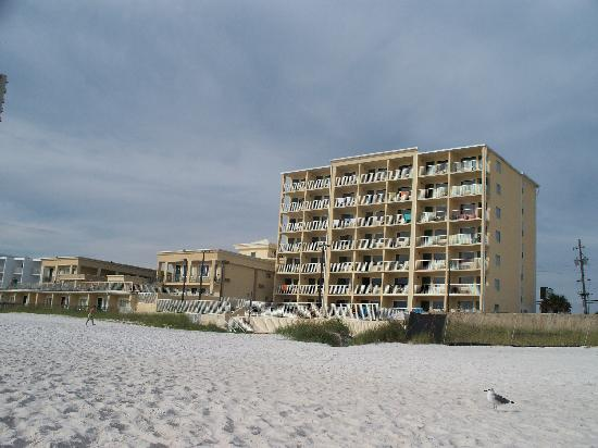 Flamingo Motel: Looking at the motel from the beach