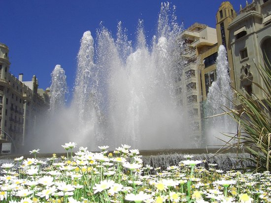 Valencia, Espaa: La bella fontata nella piazza del municipio