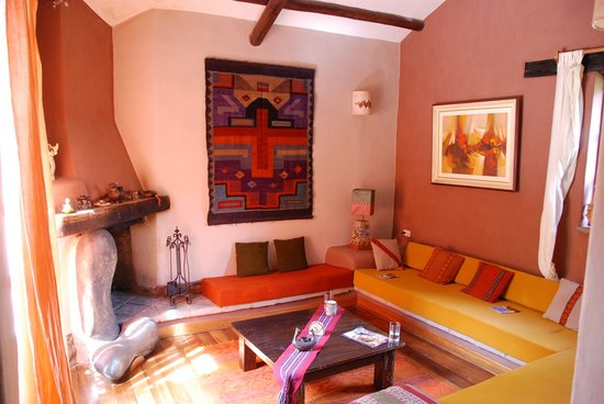 Kuychi Rumi: Our front room with a wonderful fireplace