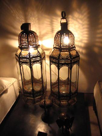 Dar Tchaikana: moroccan lamps decorating the suite