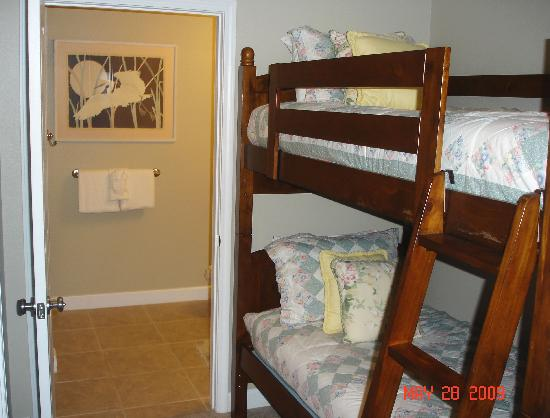 Beach Resort: Bunk beds in area leading to guest bathroom and shower