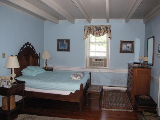 Caledonia Farm - 1812: Spacious room with very comfortable bed.