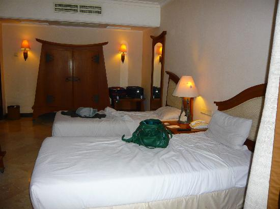 Hotel Equator: overview of room