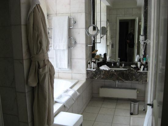 Mandarin Oriental Munich: Luxurious bath w. stall shower