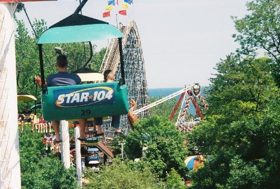Эри, Пенсильвания: View of the Ravine FLyer 2, the Sea Dragon, and Lake Erie from the sky lift
