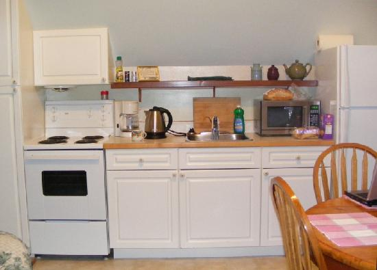 Cobble Wood Guesthouse and Bird Sanctuary House & Suites: Cobble Wood kitchen